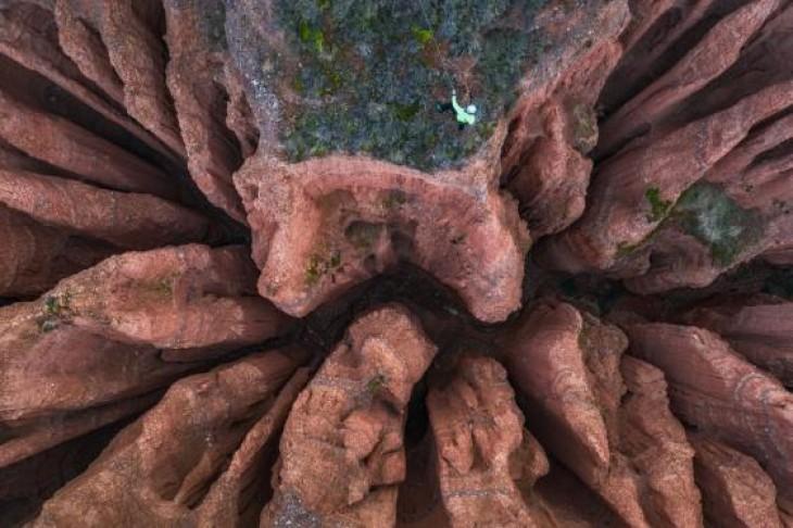 Un alpinist se aventurează cu 10 m mai jos printre formațiunile stâncoase din Aragon, Spania JUAN GARCIA LUCAS