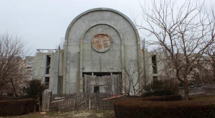 E musai să dispară roata, terasele și panourile. Dar biserica din parcul Casei de Cultură?