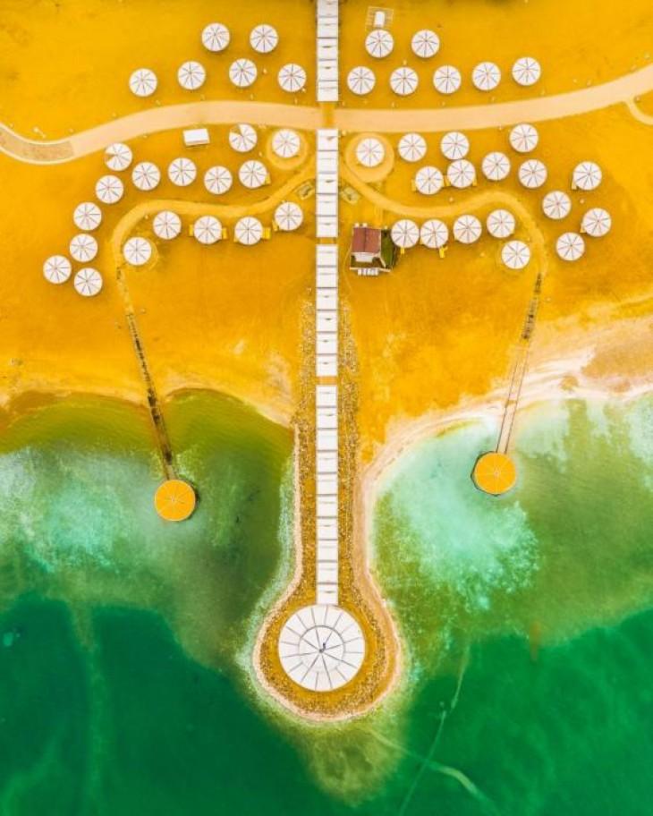Umbrelele albe de pe o plajă de la Marea Moartă creează forme spectaculoase din aer GILAD TOPAZ