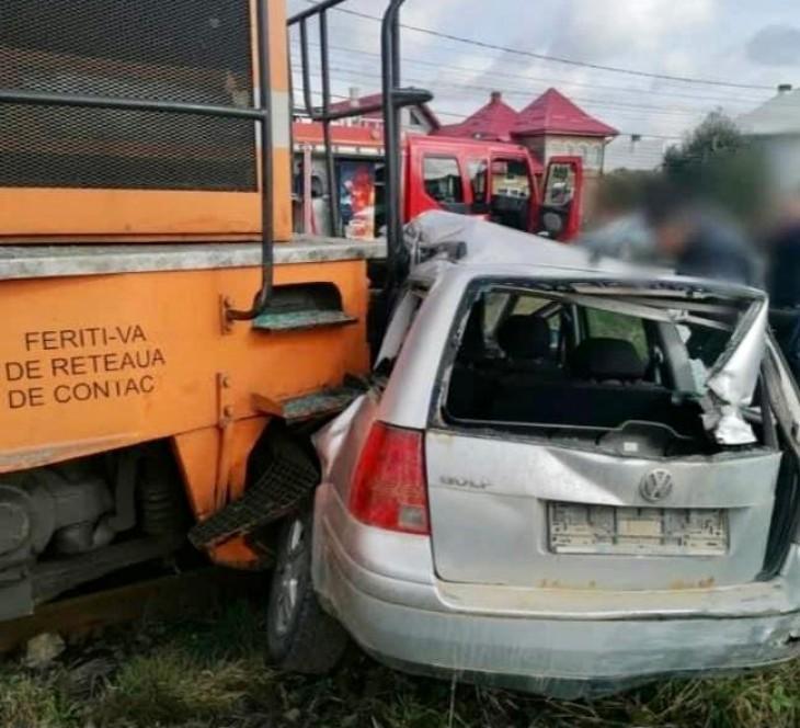 Mașină lovită de tren. Două victime