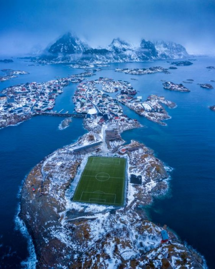 Lăstari verzi: un teren de fotbal artificial în insulele Lofoten, Norvegia NANDO HARMSEN