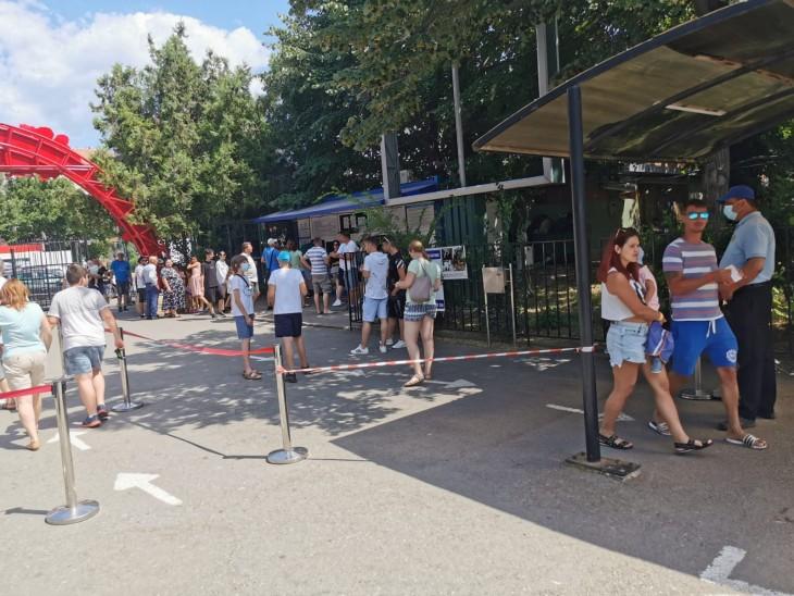 Mii de vizitatori au trecut pragul Delfinariului și-n această săptămână. Au fost necesare reprezentanții suplimentare
