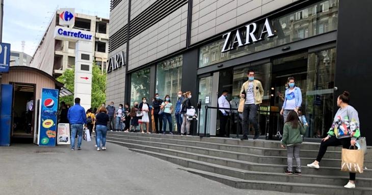 Este coadă la intrarea în magazinul ZARA din București