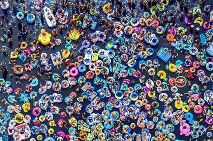 Sute de oameni plutesc în ritmul muzicii în timpul unui concert din Las Vegas WILLEMS RAF