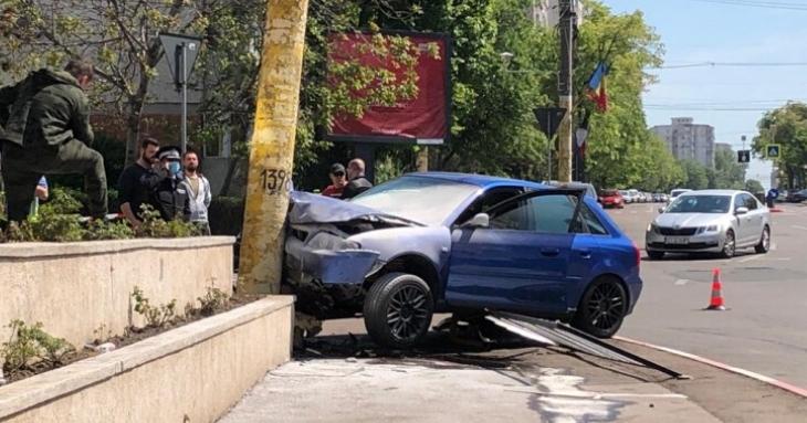 Accident la Casa de Cultură. O mașină a rupt un stâlp