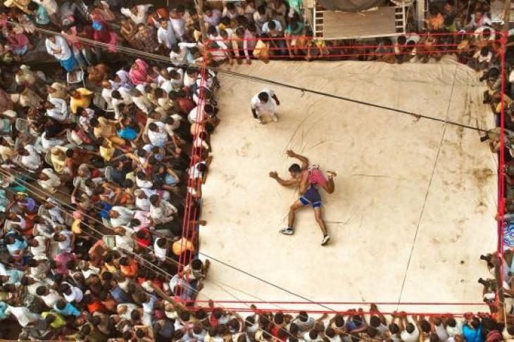 Sute de spectatori se adună în jurul unui ring de box improvizat AMITAVA CHANDRA