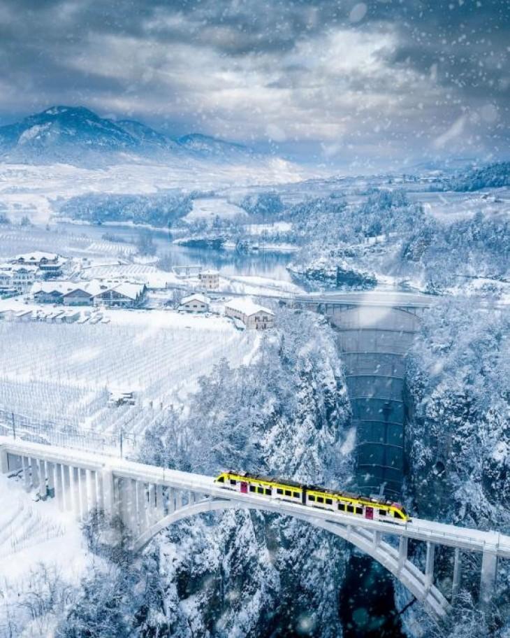 Trenul Vaccanonesa parcurge uluitorul drum între orașul Trento și satele Val di Non și Val di Sole din Trentino, Italia PAOLO CROCETTA
