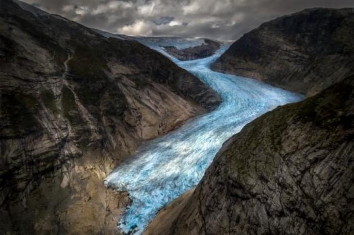 Ghețarul Jostedal, alunecând și zdrobind stânci dure până la lacul Nigardsbrevatnet. HENRIQUE MURTA